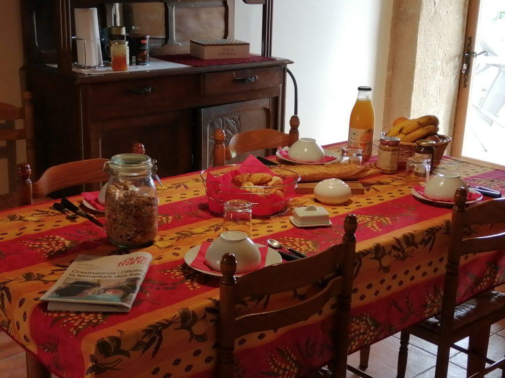 Petit déjeuner dans la salle commune